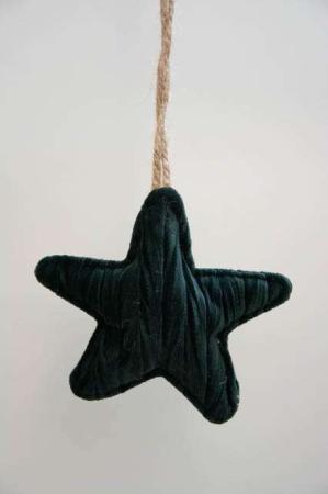 Mørkegrøn stjerne i velour med jutesnor. Mørkegrøn plys julepynt. Plysstjerne til juletræet. Julepynt i velour. Velourpynt til ophæng. Stjerne med snor.