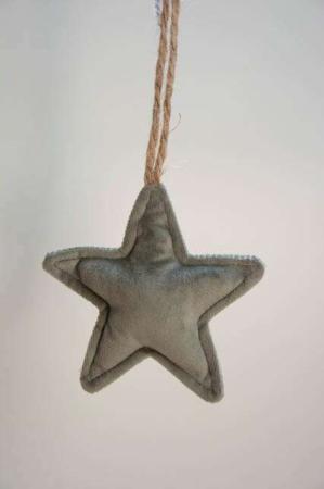 Olivengrøn stjerne i velour med jutesnor. Grøn stjerne i plys. Ophæng med stjerne i grøn velour. Julepynt i velour. Julepynt i plys. Plys til jul.Velour til jul.