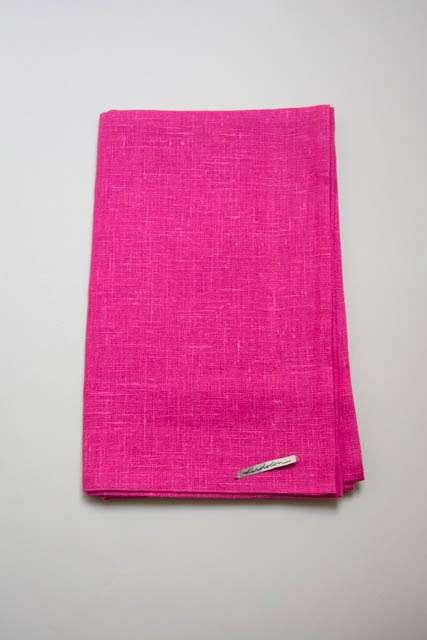 Pink bordløber af hør fra Kardelen. Ceriserød bordløber i stof. Lyserød bordløber.