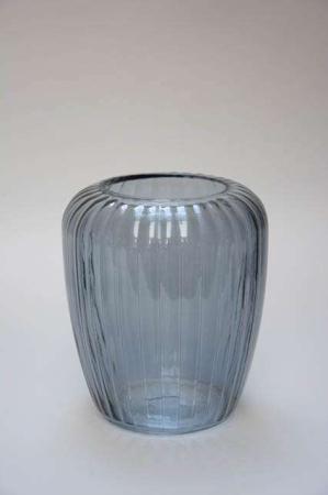 Røgfarvet glasvase med riller. Vase af glas til blomster. Blomstervase i glas. Zebra vase fra 2Have.