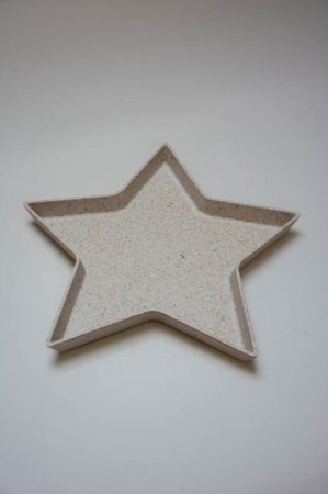 Stjerneformet fad i plastic. Plastfad i stjerneform. Stjerneformet plasticbakke. Dekobakke til brugskunst. Pyntebakke til hjemmet. Beige fad eller bakke.