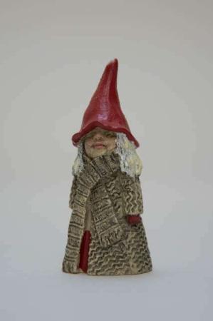 Tomten Lollo fra Nääsgränsgården. Julefigur af keramik. Julepynt i keramik. Nissepige i keramik. Nisse til jul. Nissefigur med nissehue.