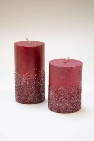 Bloklys i rød stearin med glimmer. Rødt bloklys med glimmer. Stearinlys med rød glimmer. Glimmerlys til juledekoration. Rødt stearinlys til dekorationer. Adventslys med frostlook. Julelys i rød.