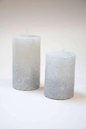 Bloklys i sølvgrå stearin. Sølvfarvet bloklys med glimmer. Stearinlys med sølvglimmer. Glimmerlys til juledekoration. Sølvfarvet stearinlys til dekorationer. Adventslys med frostlook. Bloklys i sølv.