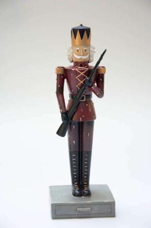 Julepynt 2019 - tinsoldat - rød. Mørkerød tinsoldat med gevær. Nostalgisk julepynt.