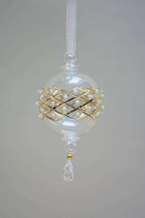 Julekugle i glas med guldmønster. Juletræskugle i glas. Glas julekugle med guld og hvid. Gylden juletræskugle til juletræet. Julekugle med harlekinmønster.