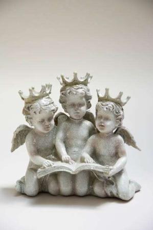 Englebørn med læsebog. Tre små engle på knæ. Englefigur til julepynt. Engel i sølv. Sølv engle. Englebasser med glimmer og kroner.