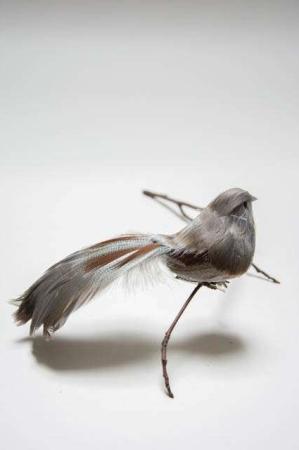 Fugl på clips - grå naturfjer og sølvglimmer. Dekofugl til æresport. Dekofugl til dekorationer. Naturfarvet fugl på clips. Fugl med naturlige fjer.