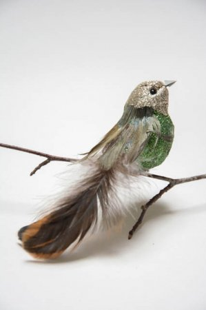 Fugl på clips - grøn med naturfjer og glimmer. Dekofugl til dekorationer. Dekofugl til æresport. Grøn fugl på clips.