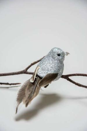 Fugl på clips - sølvglimmer og naturfjer. Dekofugl med clips til juletræet. Julepynt med glimmer. Julefugl til at clipse fast. Fugl på clips til æresport.
