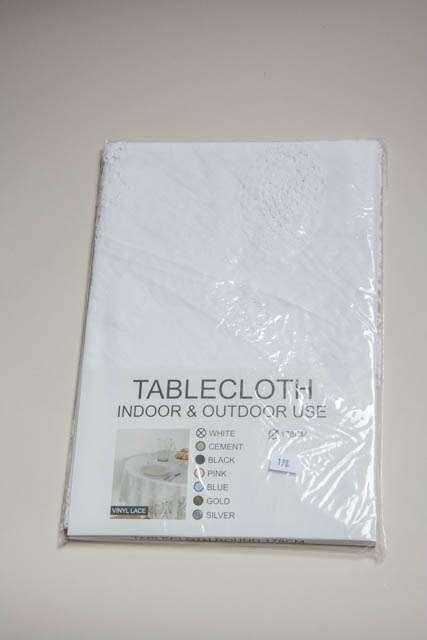 Hvid rund voksdug med mønster. Ø 178 cm. Hvid vinyldug til rundt havebord. Dug til runde borde. Rund dug til havebordet.