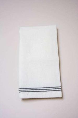 Hvid stofserviet med sorte striber. Billig stofserviet fra Ib Laursen. Hvid mundserviet i tekstil.
