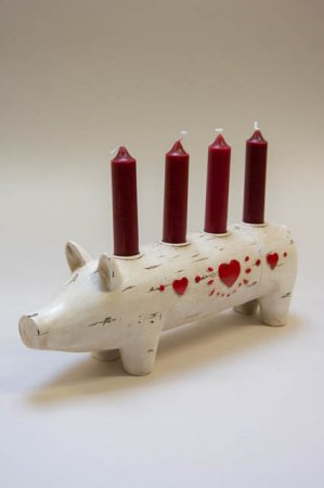 Julegris til adventslys. Adventskrans med julegris. Adventsdekoration med julegris. Gris til advent. Adventsgris med røde hjerter.
