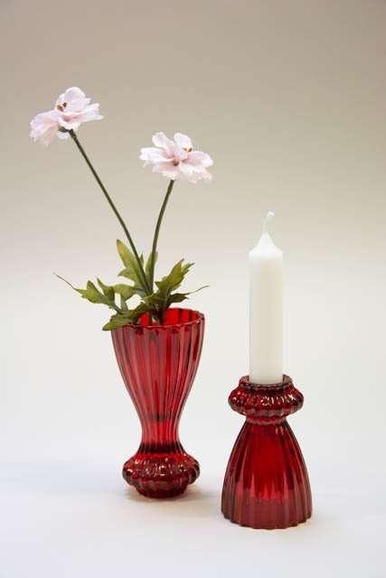 Kombineret lysestage og vase i rødt glas. Glasvase til blomster. Glasstage til stearinlys. Lysestage i glas. Blomstervase i glas. Brugskunst i glas. Glasfigur til pynt.