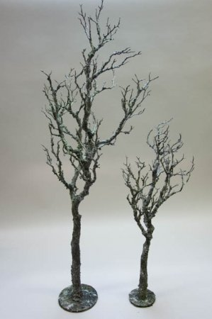 Dekorationstræ med krogede grene. Kunstigt træ uden blade. Nøgent træ til dekoration. Dekotræ i jern.