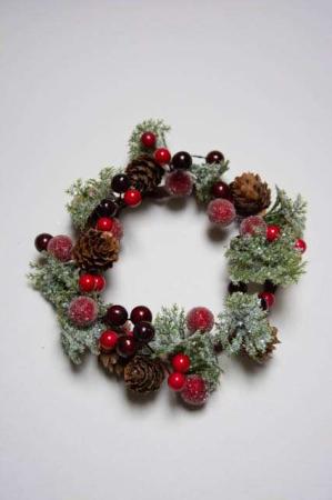 Kunstig julekrans med kogler og røde bær. Lysmanchet til bloklys. Lyskrans til juledekoration. Krans med kogler, bær og gran. Kunstig grankrans. Julepynt med kunstig gran.
