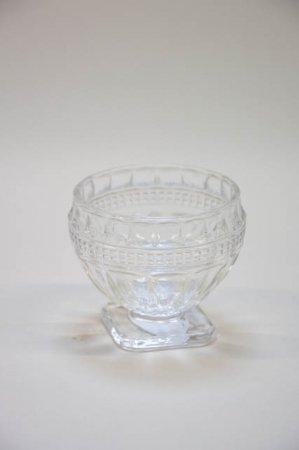 Lille fyrfadsstage i glas. Glasstage til fyrfadslys. Retro lysestage i mønstret glas.