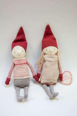 Maileg Winter Friends Pixy - pige. Maileg julepynt. Maileg julenisse med kjole. Maileg julefigur. Maileg julenisse med striktrøje.
