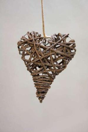 Flettet julehjerte med grene - ophæng. Stativ med hjerte og naturgrene. Dekohjerte. Hjerte til pynt. Hjerte til ophæng.