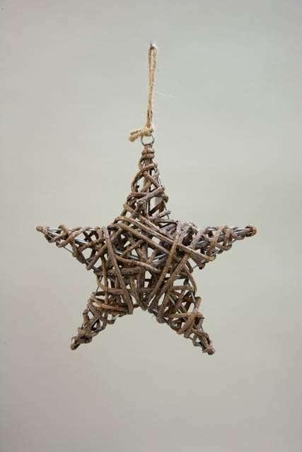 Flettet julestjerne med grene - ophæng. Stativ med stjerne og naturgrene. Dekostjerne. Stjerne til pynt. Stjerne til ophæng.