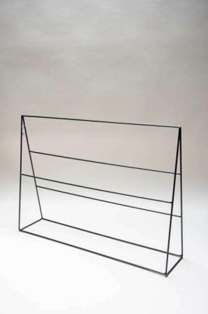 Jernstativ til dekoration. Stativ i jern. Display med stænger. Stativ til udstilling af varer. Varestativ med stænger.