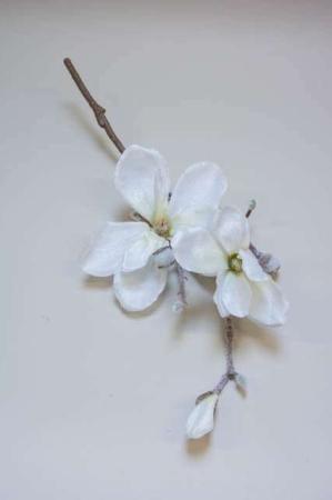 Kunstig hvid magnolia med glimmer. Kunstig gren til dekoration. Juleblomst med sne. Dekogren til juledekoration. Magnoliagren til æresport. Dekoration til bryllup. Hvid blomst med glimmer.