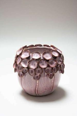 Lyserød potteskjuler med blade. Urtepotteskjuler i lyserød. Potteskjuler i keramik. Keramikskjuler med blade, Skjuler til blomster. Lyserød blomsterskjuler i keramik.