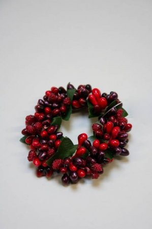 Lysmanchet med røde bær. Lyskrans til stearinlys.