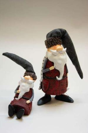 Sjov nisse med lang nissehue. Julemandsfigur. Julemand med hvidt skæg. Figur af julemand. Julepynt med julemand. Julenisse med halstørklæde.