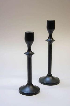 Sorte lysestager i metal. Metallysestage i sort. Sort lysestage på fod.