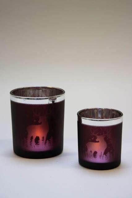 Bordeauxrøde fyrfadsstager med rensdyr. Bordeaux fyrfadsstage i glas. Julestage i mørkerødt glas. Julelysestage til fyrfadslys. Rød glasstage til julelys.