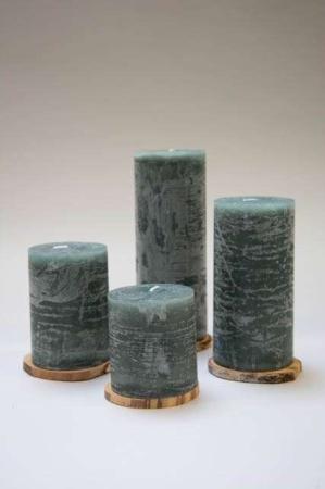 Grønne bloklys i stearin. Rustikt bloklys i grøn stearin. Grønt bloklys af stearin. Stearinlys i grønt. Grønt lys til dekoration.