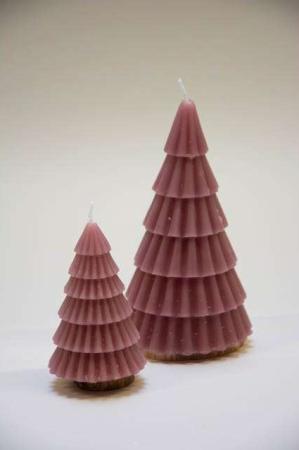 Juletræ stearinlys - lyserød. Staerinlys formet som et juletræ. Lyserødt juletræ i stearin. Julelys som juletræ.