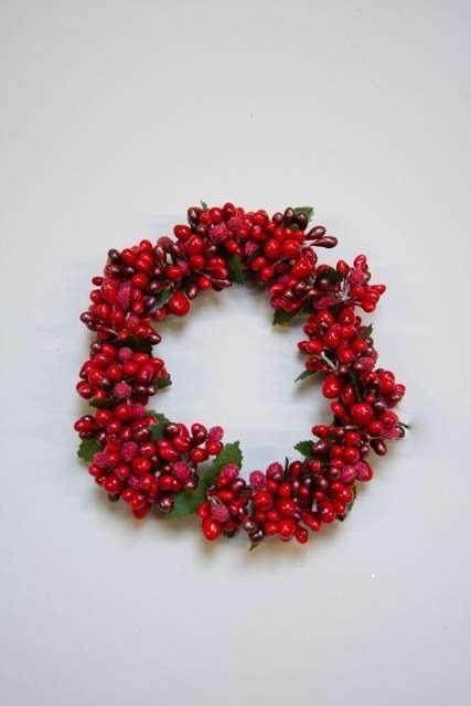 Lysmanchet til bloklys med røde bær. Lyskrans til bloklys. Dekokrans til stearinlys. Vinterdeko til bloklys. Julepynt til bloklys. Krans med røde bær. Julekrans til bloklys.