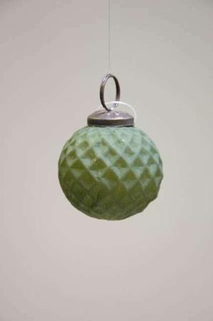 Mørkegrøn matteret juletræskugle. Grøn julekugle i glas. Glaskugle til juletræet. Grøn rund julekugle med mønster.