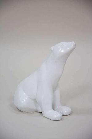 Siddende hvid isbjørn af keramik