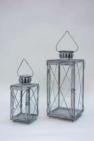 Dekorativ hængende lanterne af jern. Firkantet lanterne grå.