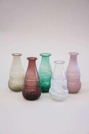 Farvet glasvase i farverne bordeaux, grøn, klar, røg og gammel rosa.