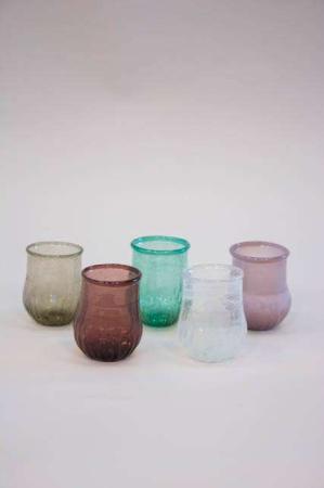 Farvet lille buttet glasvase i farverne bordeaux, grøn, klar, røg og gammel rosa.