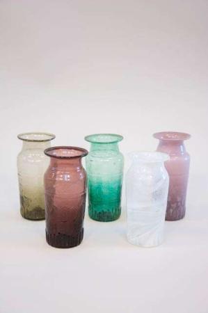 Farvet retro glasvase i farverne bordeaux, grøn, klar, røg og gammel rosa.