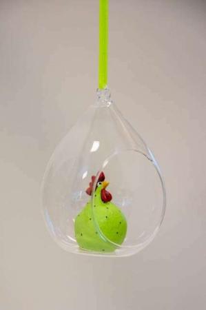 Hængende påskepynt. Grøn påskekylling i glasklokke. Påskeornament Nääsgränsgården