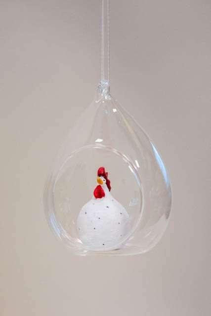 Hængende påskepynt. Hvid påskekylling i glasklokke. Påskeornament Nääsgränsgården