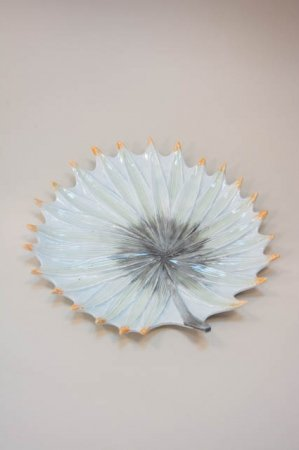 Keramikfad. Bladformet keramikfad. Fad formet som blad. Bladformet fad
