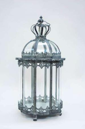 Lanterne med kongekrone. Ottekantet lanterne af jern. Dekorativ lanterne.