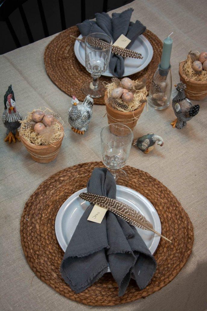 Påske bordækning med påskekyllinger fra Nääsgränsgården som bordpynt