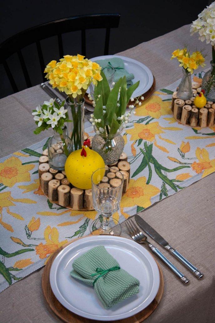 Påskeborddækning med påskeliljer