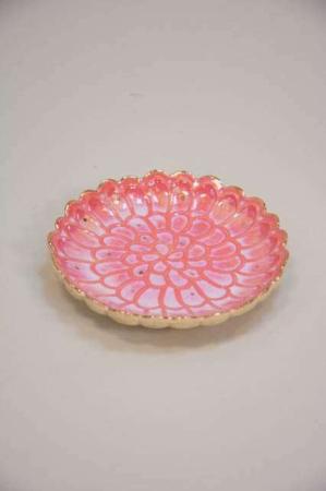 Romantisk fad. Keramik fad i rosa.