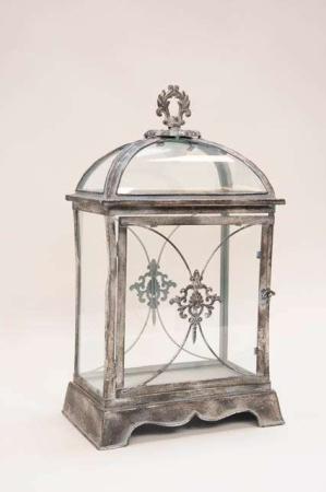 Charmerende firkantet lanterne med smukke dekorationer. Irret metal lanterne med glas i antik stil