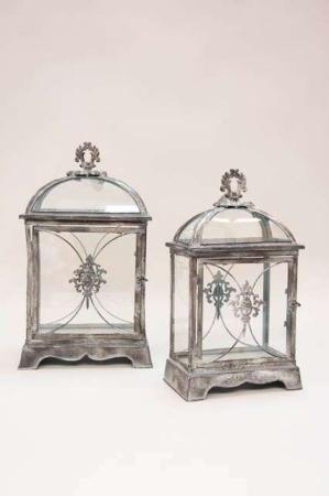Firkantede lanterner. med smukke dekorationer. Irret metal lanterner med glas i antik stil.