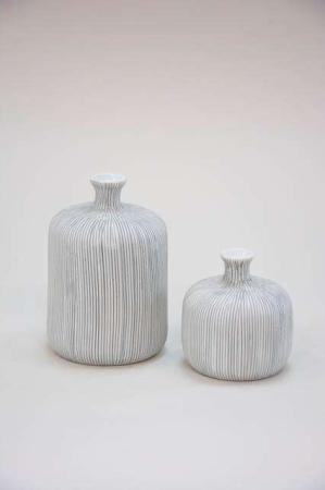 Flaskeformet keramikvase - grå. Håndlavet vase fra Lindform - lysegrå.